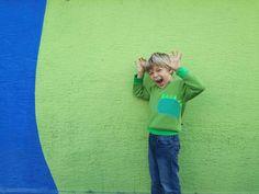 Mamme di maschietti! Lo so che state girando da ore su interent per trovare un capo adatto ai vostri bambini, che sia giocoso, caldo e confortevole, e che mettano volentieri senza dover lottare ogni mattina prima di andare a scuola! La vostra Tamago ha pensato proprio a voi creando questa felpa dinosauro! In calda felpa di cotone di un bel verde intenso, con polsi, scollo e orlo in un verde più chiaro che contrasta un pochettino, ha una bella applicazione sul davanti a forma di testa di…