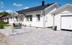 stenläggning uppfart Luxury Homes, Garage Doors, House Ideas, Villa, Mansions, House Styles, Outdoor Decor, Home Decor, Outdoors