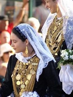Tradicional bride from Minho, Portugal, used to dress in black velvet and wear her downy in the chest for the wedding. Amazing really.