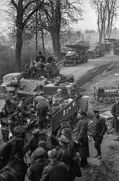 Loading wounded Soviet soldiers on a military truck for evacuation, Berlin, april 1945 - pin by Paolo Marzioli Der Reichstag, Berlin, Operation Barbarossa, Ww2 Photos, Red Army, Picture Collection, World War Two, Wwii, Battle