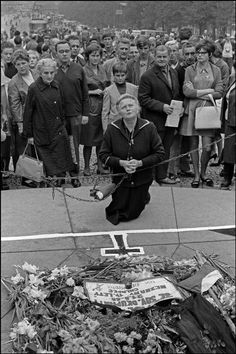 Woman praying in front of flowers layed for youth killed on the first day of the Russian invasion. Ian Berry, Prague Spring, 1989 Tour, Old Paintings, Magnum Photos, Eastern Europe, World History, Walking Tour, Czech Republic