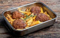 Σπιτική συνταγή: Μπιφτέκια αφράτα με λεμονάτες πατάτες φούρνου