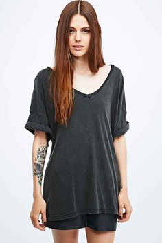 Pins & Needles – Weiches T-Shirt mit V-Ausschnitt