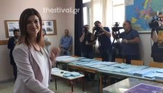 «Απόψε το βράδυ γιορτάζει η Θεσσαλονίκη με τη νίκη των πολλών», δήλωσε με αισιοδοξία η υποψήφια δήμαρχος με τον ΣΥΡΙΖΑ Στο 34ο Δημοτικό Σχολείο Θεσσαλονίκης, στην οδό Αρριανού άσκησε το μεσημέρι της Κυριακής το εκλογικό της δικαίωμα η υποψήφια δήμαρχος Θεσσαλονίκης, Κατερίνα Νοτοπούλου. Η κυρία Νοτοπούλου έφτασε ιδιαίτερα ευδιάθετη στο σχολείο, συνοδευόμενη από φίλους και […]