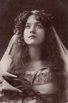A collage of famous Edwardian beauties Top (from left to right): Evelyn Nesbit, Lina Cavalieri, Marie Doro Bottom (from left to right): Lily Elsie, Cleo de Merode, Maude Fealy Evelyn Nesbit, Vintage Pictures, Vintage Images, Vintage Postcards, Creation Image, Photo Vintage, Silent Film, Pics Art, Timeless Beauty