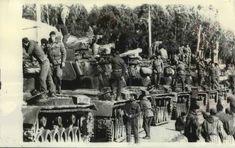 1967 Kıbrıstaki olası işgal için #Mersin'de bekleyen Türk askerleri.. Fotoğraf arkasında ingilizce çevirmede düşülen notta Türk tankları güneydoğudaki limanda sıraya girmişlerdi. Gemilerin ve gemilerin yüklenmesine hazır olan mersin, sadece 80 mil uzaklıktaki #Kıbrıs işgaline hazırdı.