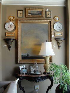 Queda bien 인테리어 가구 стены с картинами, стена галереи 및 французские интерьеры Diy Home Decor, Room Decor, Décor Antique, Antique Frames, Wall Groupings, Enchanted Home, Decoration, Home Accessories, Sweet Home