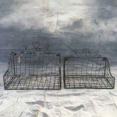 Hängekorb Wand 2tlg. Tolles Wandkorb-Set, bestehend aus zwei Teilen mit den Maßen: 20 x 16 x 28 cm und 24 x 18 x 30 cm in grau aus Metall. Top geeignet zum Verschenken oder als Dekoration für Deine eigenen vier Wände. Für Obst, Handtücher oder alles andere, was runter von der Arbeits- oder Schreibtischplatte soll.