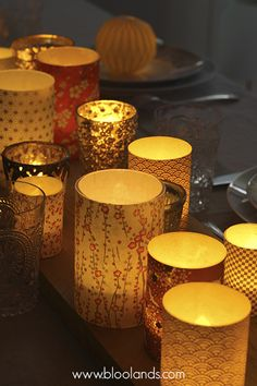 Un chemin de table lumineux composé de photophores en papier japonais pour votre table de Noël