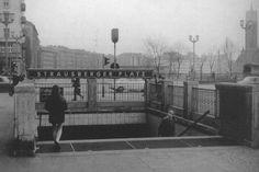 Berliner Untergrundbahn - U-Bahn-Zugang im Stil der Stalinallee-Architektur. (Aufnahme: um 1970)