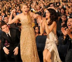 Pin for Later: Taylor and Selena's Sweetest BFF Moments Through the Years When They Celebrated Big Wins Together That year, Taylor won for favorite female country artist, favorite country album (Speak Now), and artist of the year. Justin Bieber Selena Gomez, Selena And Taylor, Justin Bieber And Selena, Taylor Swift, Selena Gomez Cute, Selena Gomez Pictures, Same Old Love, Female Friends, Country Artists