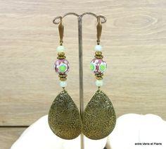 Longues BO perles au chalumeau, amazonites et pendants bronze travaillés sur attaches bronze sans nickel : Boucles d'oreille par fabienne-durelle