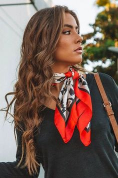 Bandana Outfit, Bandana Scarf, Silk Bandana, Ways To Wear A Scarf, How To Wear Scarves, Look Fashion, Fashion Outfits, Fashion Scarves, Silk Neck Scarf