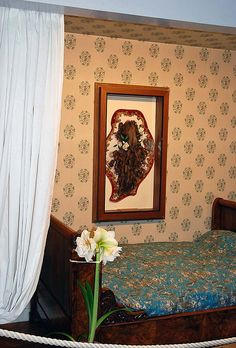 Les Buissonnets, Lisieux, la chambre de Marie et Pauline. Une relique, la chevelure de Ste. Thérèse