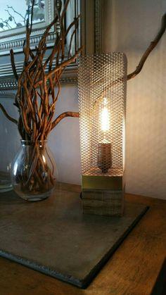 "Lámpara escritorio madera, Lámpara Edison, Lámpara madera reciclado, Lámpara hecha a mano, Lámpara madera, ""Jaula Cubo Dorado"" de EunaDesigns en Etsy"
