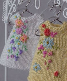 DIY Granny Square Wall Pocket Organizer - made by demi Baby Knitting Patterns, Crochet Patterns, Crochet Doll Clothes, Knitted Dolls, Little Cotton Rabbits, Baby Sweaters, Knit Crochet, Crochet Round, Embroidery