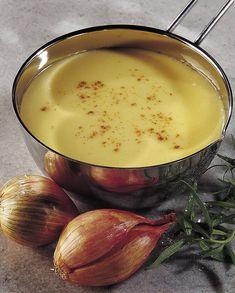 Recette Crème à l'échalote : Pelez, hachez les échalotes. Mettez-les à cuire dans une casserole avec le vin blanc et les feuilles d'estragon ciselées, jusqu'à l'évaporation complète du vin. Vous obtenez une purée. Versez alors la crème fraîche et laissez cuire 15 min. sur feu doux. 5 min...