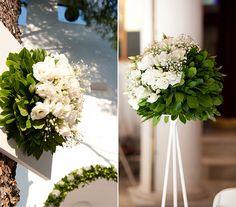 A zöld levelek remekül feldobják a fehér dekorációt. A tömör virágkompozíciókat állványra is helyezhetitek.