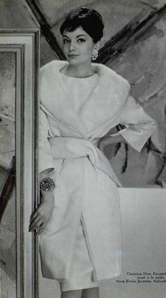 1959 Christian Dior , modèle Dame Blanche , robe et manteau en satin cuir de Staron et col de vison blanc....
