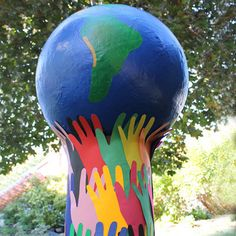 Large Globe of the Earth with paper mache. Ideal project to do with a group! #EarthDay #Animaplates
