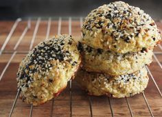 """""""Everything Bagel"""" Cauliflower Rolls. Requires some weird ingredients.gluten free, paleo sort of stuff. But I'd love an everything bagel that I didn't have to feel guilty about. Healthy Recipes, Gluten Free Recipes, Low Carb Recipes, Cooking Recipes, Plats Healthy, Lexi's Clean Kitchen, Coconut Flour Recipes, Everything Bagel, Cauliflower Recipes"""