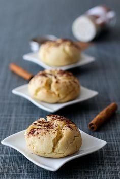 Originaire D'Espagne et plus précisément de la ville d'Estepa, ces sablés au goût de cannelle, fleur d'oranger ou encore au zeste de citron sont très bons et très réputés, surtout pendant les fêtes de fin d'année. Ces biscuits se conservent 1 à 2 semaines...