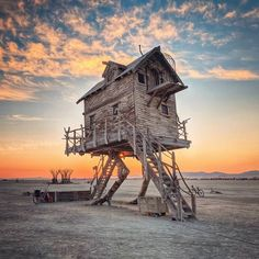 More than 70000 people trekked to the desert of Nevada for Burning Man Here are some of the best photos from the week-long event. Sculpture Burning Man, Burning Man Art, Baba Yaga House, Techno, Cool Pictures, Cool Photos, Amazing Photos, Crazy Photos, Black Rock Desert
