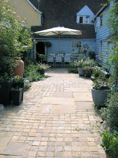 Mixture of Riven Indian Sandstone setts and paving slabs. Great way to create a traditional country cottage feel. Backyard Garden Design, Small Garden Design, Backyard Landscaping, Patio Slabs, Paved Patio, Patio Roof, Sandstone Paving, Paving Ideas, Garden Paving
