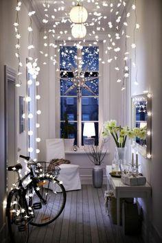ambiance cocooning, guirlandes lumineuses, miroir, chaise blanche, étoile de noel