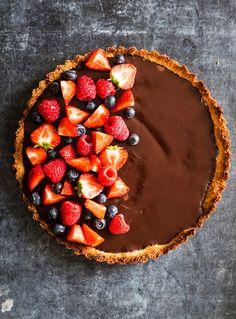 Kagen er nem at lave og kræver ikke mange ingredienser Tart Recipes, Sweet Recipes, Dessert Recipes, Just Desserts, Delicious Desserts, Yummy Food, Yummy Treats, Sweet Treats, Food Club