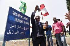 Bassam Barbar, primo de Michel Temer, apaga a palavra 'vice' do cartaz na rua principal que leva o nome de Michel Temer.