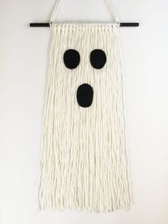 Kids Craft: Frightfully Fringed Ghost Halloween is a great time to get the kids crafting…and also get them warmed up to playing with yarn! Halloween Yarn, Halloween Crochet, Halloween Items, Halloween Projects, Holidays Halloween, Halloween Kids, Halloween Decorations, Happy Halloween, Halloween Inspo