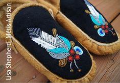 Native Beading Patterns, Beadwork Designs, Beaded Jewelry Patterns, Beaded Shoes, Beaded Moccasins, Native American Crafts, Native American Beading, Crochet Dreamcatcher, Indian Beadwork