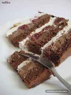 Ovo je bila naša svadbena torta i svi (uključujući i mene) su prosto bili oduševljeni mojim odabirom, a tako i ukusom torte... Orasi, čokolada i višnje - može li uopšte ta kombinacija biti loša? :) Torta je pravljena po specijalnoj želji svekra i svekrve za Božić. Recept sam našla na Potinom blog-u i malo ga modifikovala po svom. Link za izvor i ideju Mocart torte možete pogledati pri dnu ovog recepta.