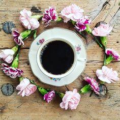 """~ """"kärleken liknar en cirkel och cirkeln tar aldrig slut"""". • god morgon onsdag! Kaffet är intaget och nu är det dags att köra mot jobbet. Ha en fin dag!  #cirkeln #fotoutmaningmars2016 @fotoutmaningmars2016 #fargerikehjem @fargerikehjem #adoremycupofcoffee #kaffe #coffee #landligehjem #interior123 #interior4all #interiorforinspo #interior9508 #interior_and_living #interiors #blommor #blomster #flowers #feelfreefeed #selimsection #basketandbellyminstil #unikingenannanlik #unike_hjem…"""
