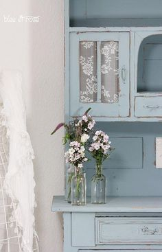 Shabby Chic light blue distressed paint treatment and lovely lace for glass cabinet doors Deco Pastel, Bleu Pastel, Cottage Chic, Cottage Style, Blue Painted Furniture, Painted Hutch, Painting Furniture, Vibeke Design, Blue Cabinets
