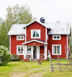 """ЅᎾℱℐᏋ ℱℐXᎯℛ ℳᎾℛℳᎾℛЅ TᎾℛᎮ: """"ℋᎾℕ ℋᎯᎠᏋ ᎶℐℒℒᎯT ℋUЅᏋT ℕU"""": Släkthuset i Överfälle utanför Örnsköldsvik. Här har släkten levt och brukat jorden sedan 1500-talet. Men huset som Pia och Sofie bor i på sommaren är byggt 1907. Tanken är att mamma Pia och dottern Sofie ska koppla av i släkthuset. Men nästan all tid ägnas i stället åt den gemensamma hobbyn: husfix och inredning.  En halvtimmes bilfärd från Örnsköldsvik ligger ett område som bär på mycket historia. Här har familjen Ödlings släkt bott…"""