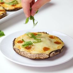 Portobello Pizza Keto Stuffed Mushrooms Recipe - Portobello pizza is an easy and delicious way to make keto stuffed mushrooms! This low carb portobello mushroom pizza recipe is quick with a few ingred Portobello Mushroom Pizza Recipe, Mushroom Pizza Recipes, Best Mushroom Recipe, Chicken Pasta Recipes, Portobello Pizza, Vegan Stuffed Portabella Mushrooms, Stuffed Mushroom Recipes, Low Carb Stuffed Mushrooms, Portobello Recipes