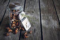 Pannulla paahdetut karamellisoidut mantelit ja pähkinät maistuvat glögin kanssa.