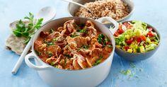 Mørbradgryde er en klassiker i mange hjem og i Karolines Køkken. Nyd en lækker mørbradgryde med bacon og champignon og servér med moderne tilbehør i form af perlespelt og mangosalat.