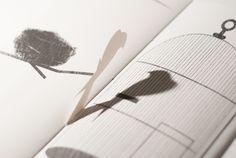 [silhouette]という光と影の本です。ポップアップの影と印刷されたイラストが重なり合い、光の向きを変えるごとに異なる影が生み出されます。