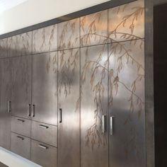 Жидкий металл Kitchen Wallpaper Accent Wall, Interior Paint, Interior Design, Exposed Concrete, Retail Store Design, Cladding, Metal Walls, House Design, Liquid Metal