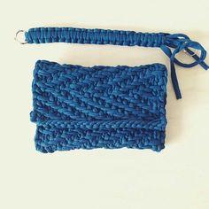 Трикотажная сумка связанная спицами и пряжей