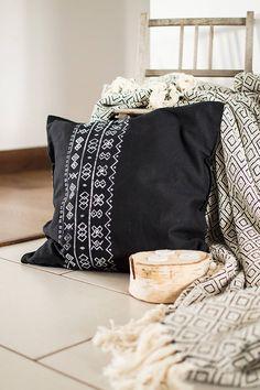 Úžitkový textil - Vankúš Čičmany čierny - ručná potlač 45x45  - 7355418_