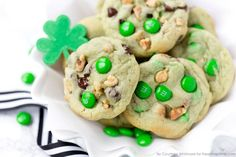 Pistachio and Chocolate Leprechaun Cookies. Yummy pudding cookie recipe, perfect for St. Cookie Desserts, Just Desserts, Cookie Recipes, Delicious Desserts, Cheesecake Cookies, Delicious Dishes, Yummy Food, Pudding Cookies, Yummy Cookies