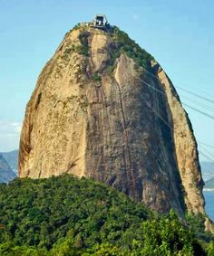 The summit of Sugarloaf is reached by cable cars as well as climbing routes.