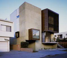 Le studio Brooks + Scarpa basé à L.A est à l'origine d'Orange Grove, maison très géométrique qui vient contraster les habitations environnantes de style bungalow sans âme ni charme. Abritant deux étages, la hauteur de plafond est hallucinante et les ouvertures nombreuses, offrant ainsi un intérieur spacieux et très lumineux.