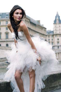 Een moderne bruidsjurk met veel tule zonder dat je het suikertaart effect krijgt: ga voor een volle rok met een strak simpel lijfje zonder al teveel  blingbling. Breng alleen bling aan via de accessoires.