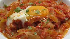 INGREDIENTES:   - Cebolla  - Pimientos rojo y verde  - Berenjena  - Calabacín  - Salsa de tomate  - Huevo  - Aceite y sal   ELABORACIÓN:   -...