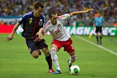 Sinji Okazaki y Jorge Torres Nilo durante el partido